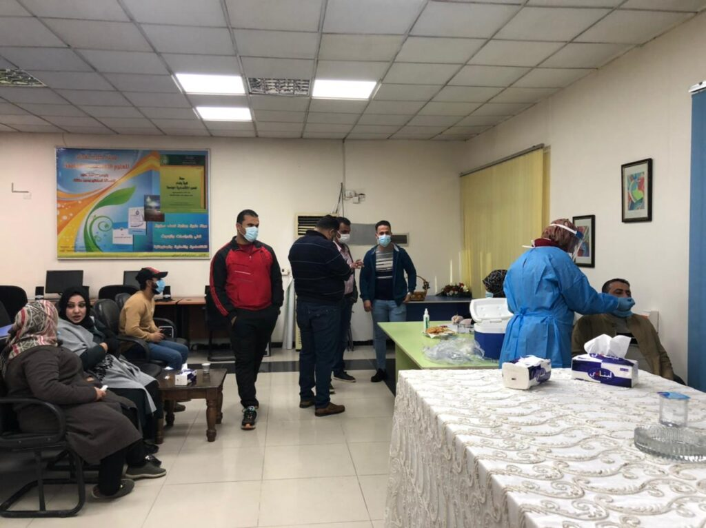 الفريق الطبي ياخذ عينة من منتسبي الكلية