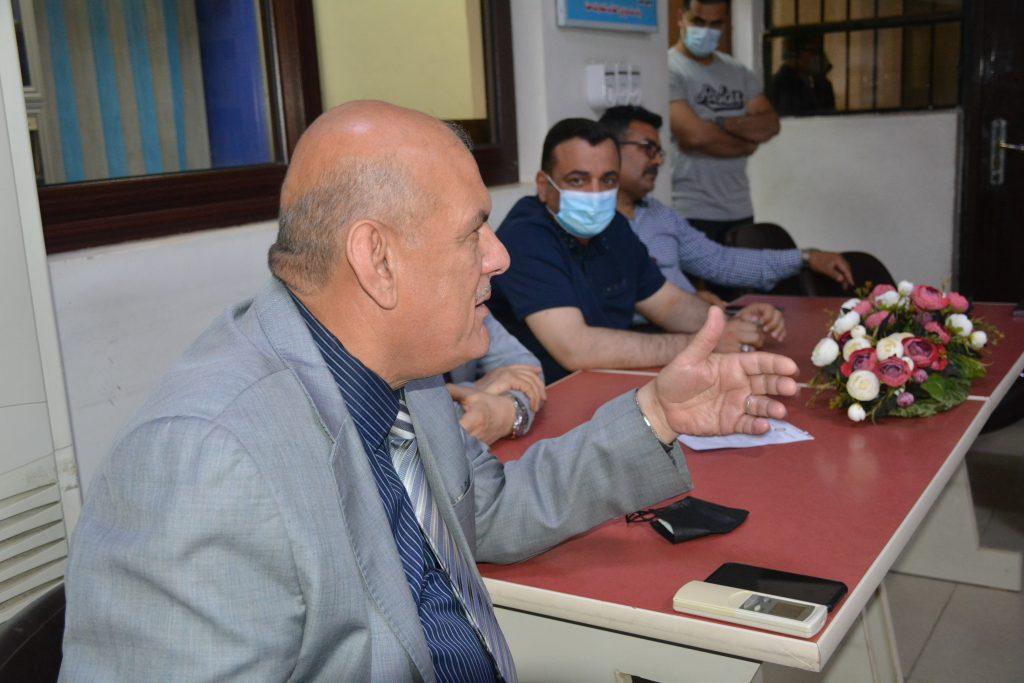 الدكتور علي كاظم في مناقشة مع المحاضر الورشة