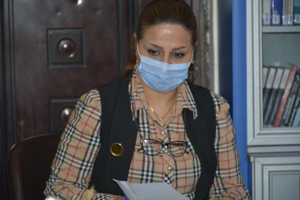 الدكتورة زينب في ورشة اللغة العربية